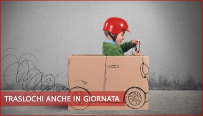 """piccoli traslochi roma - un bambino piccolo con un casco rosso sta dentro una scatola di cartone su cui è disegnato un camion e gioca a guidando. L'immagine simboleggia i piccoli traslochi e su di essa c'è scritto """"traslochi anche ingiuriata"""""""